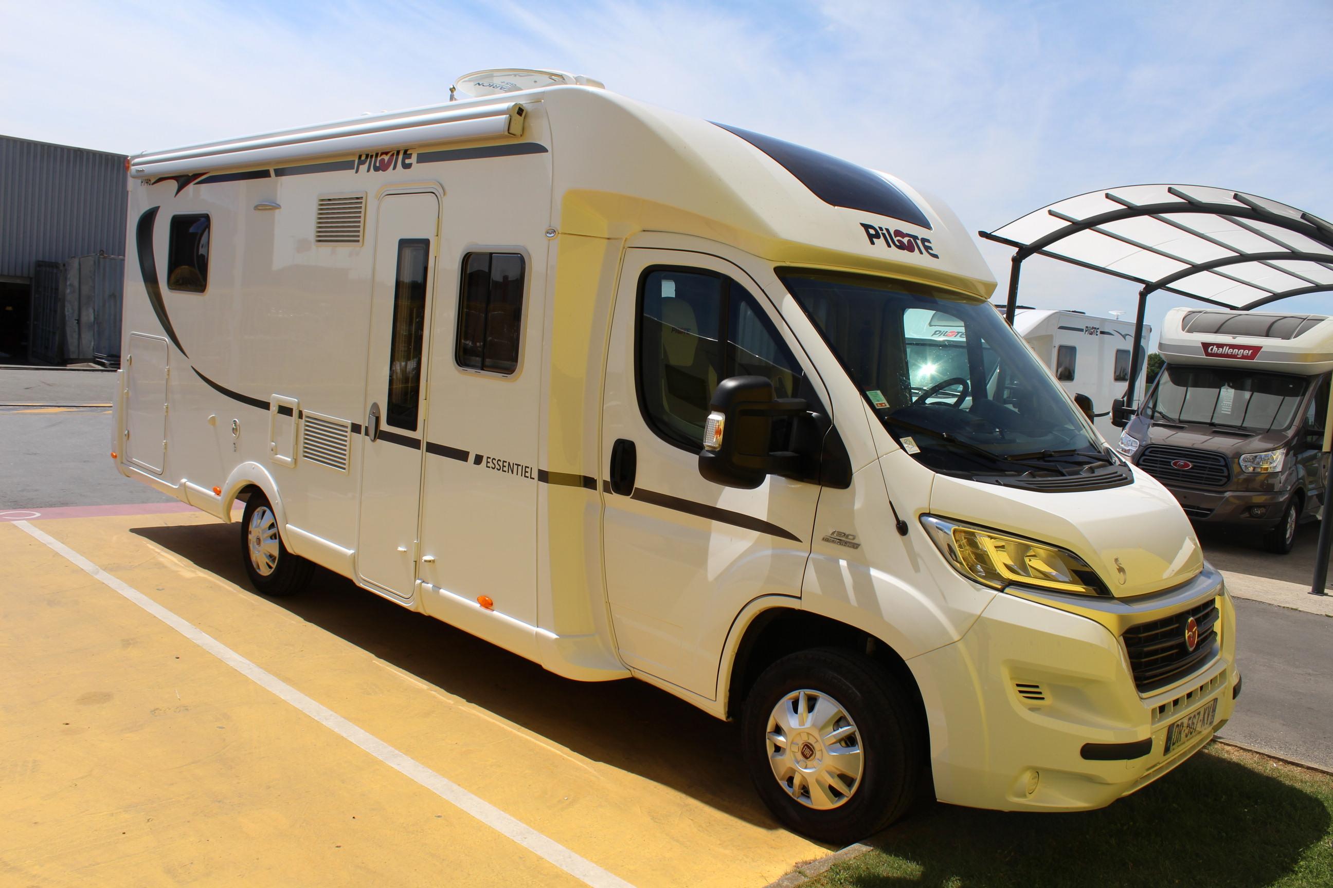 pilote p 746 c essentiel occasion de 2015 fiat camping car en vente seclin nord 59. Black Bedroom Furniture Sets. Home Design Ideas