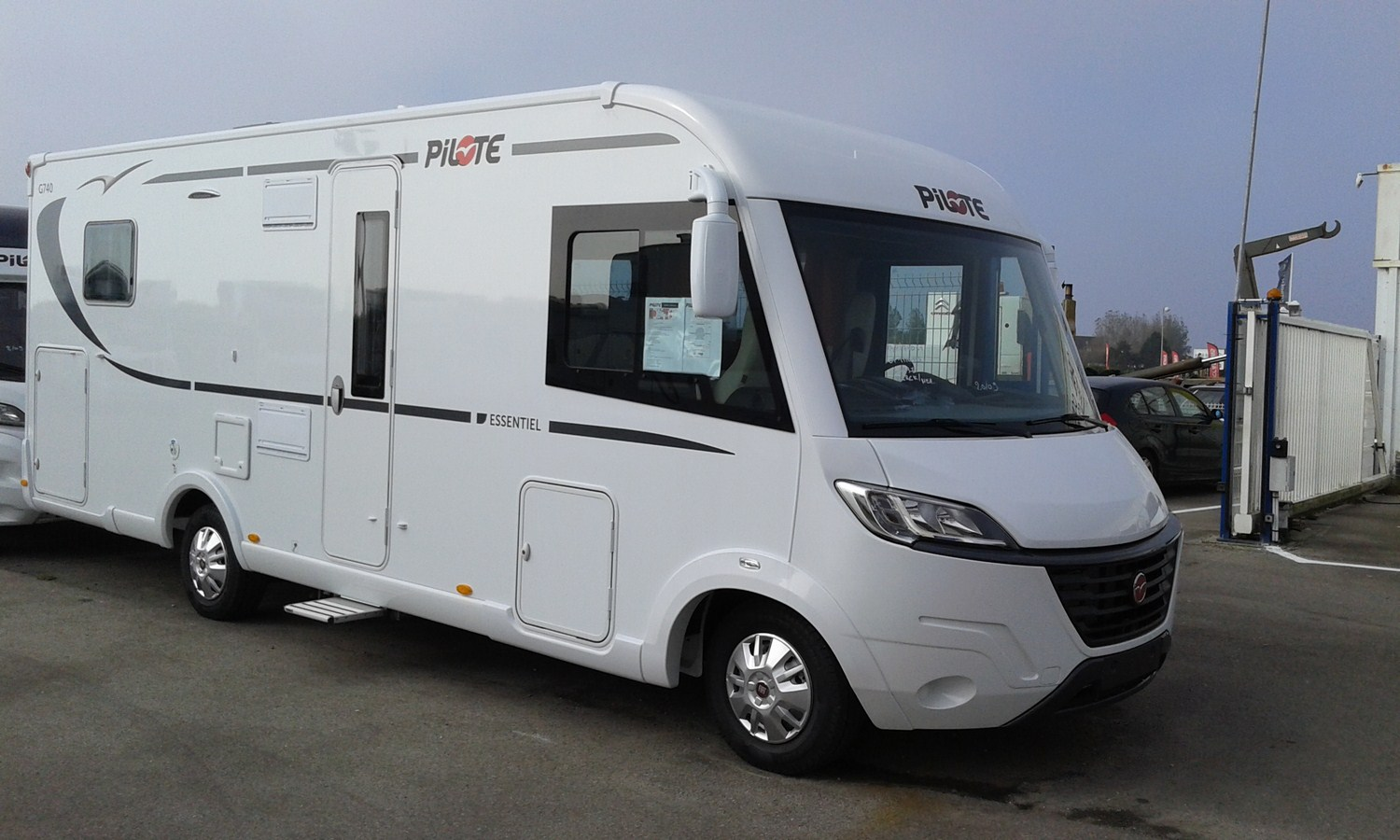 pilote g 740 c essentiel neuf de 2017 fiat camping car en vente berck sur mer pas de calais. Black Bedroom Furniture Sets. Home Design Ideas